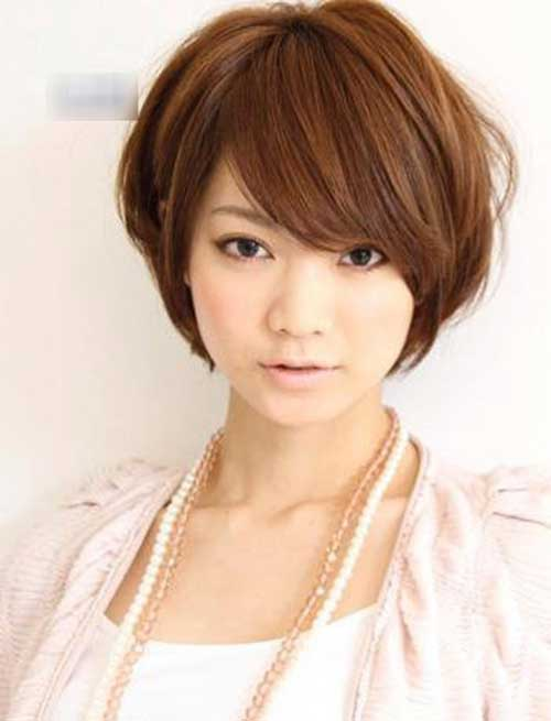 Beautiful short hairstyle for round faced girl