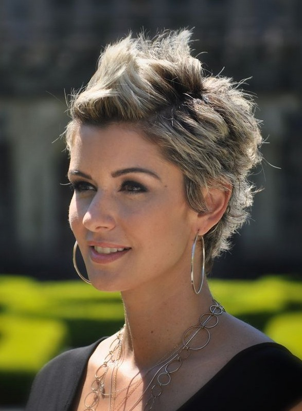 Short Haircuts for Women With Round Faces 19