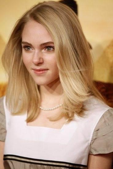 Annasophia-Robb-medium-length-hair-style