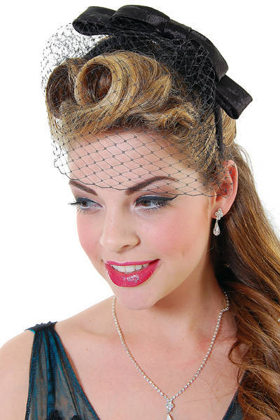Fringe roll hairstyle for 1940s girl