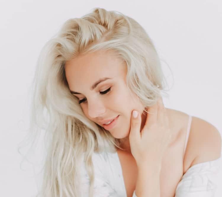 Исправить неровные обесцвеченные волосы