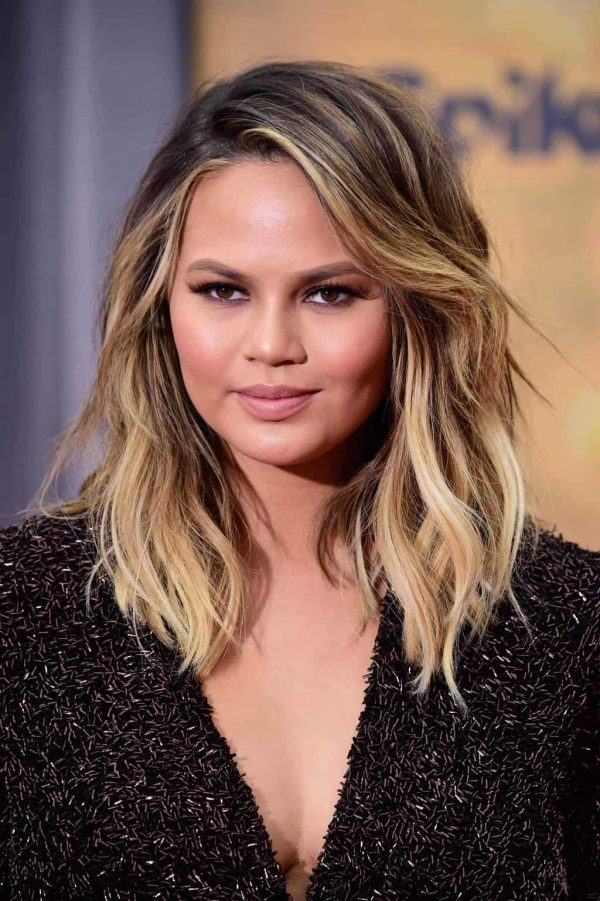 side-styled parting brunette hair with blonde highlights