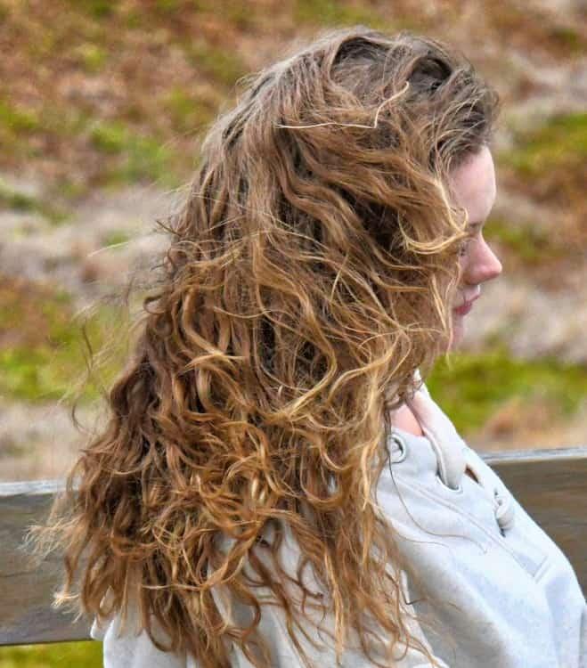 завивать волосы