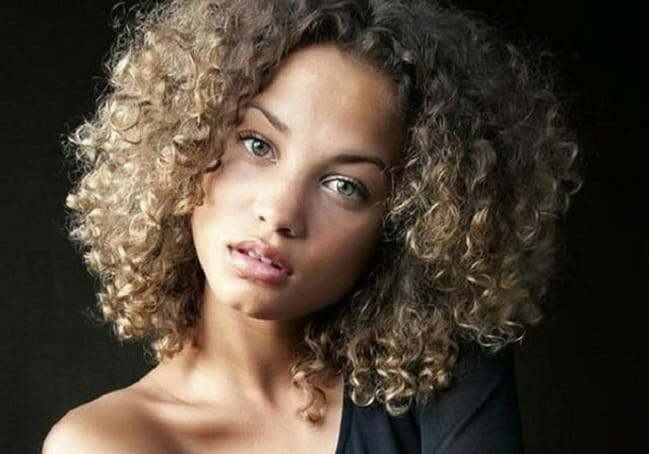 Short curly hairstyle for black woman